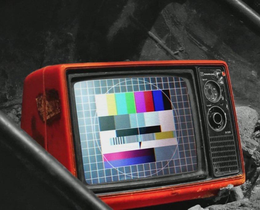 Una tv in ambiente post atomico.