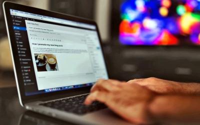 Foto di un programmatore che crea un post su sito in WordPress